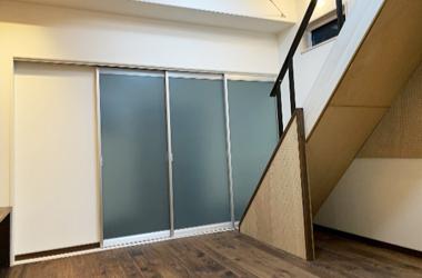 大型リフォーム 三枚扉、床材は、無垢のウォールナット・オイル塗装仕上げ。白い壁