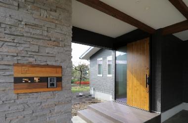 新築OH邸、インターホン・オリジナルポスト、玄関